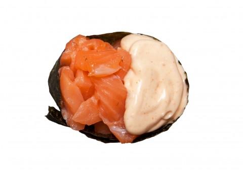 Гункан с лососем спайси